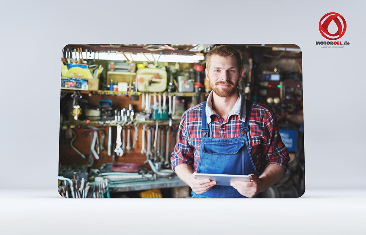 Techniker in Werkstatt von Oest Motoröl