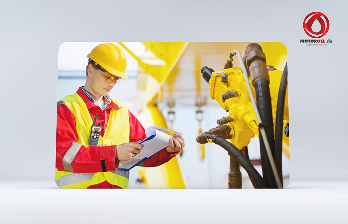 Arbeiter mit Hoyer Motoröl